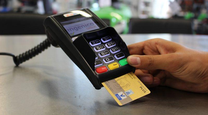 Jak na dovolené platit, abychom nepřišli o peníze?